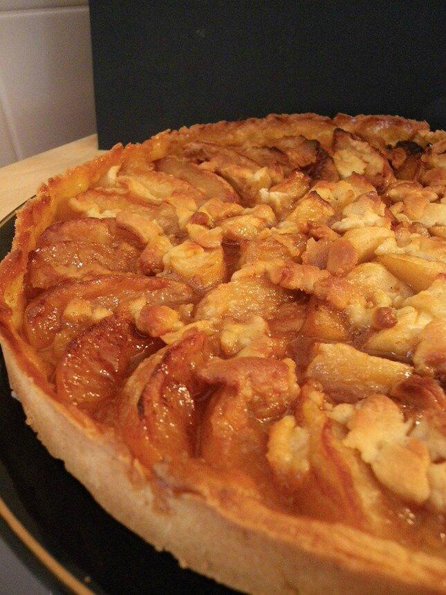 Tarte réconfortante aux pommes (flambées au calvados et caramélisées