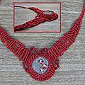 Un collier rouge