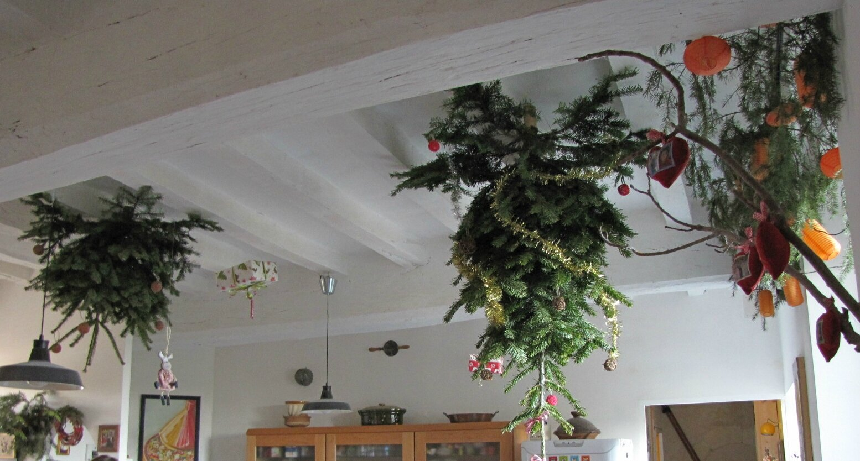 P ques au balcon no l au plafond queen matoche - Sapin suspendu au plafond ...