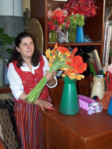 Marchande de fleurs habillée en costume typique