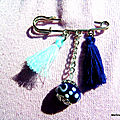 Broche epingle pompons bleus