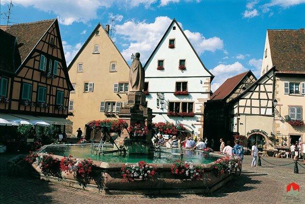 Eguisheim-vue-place-fontain