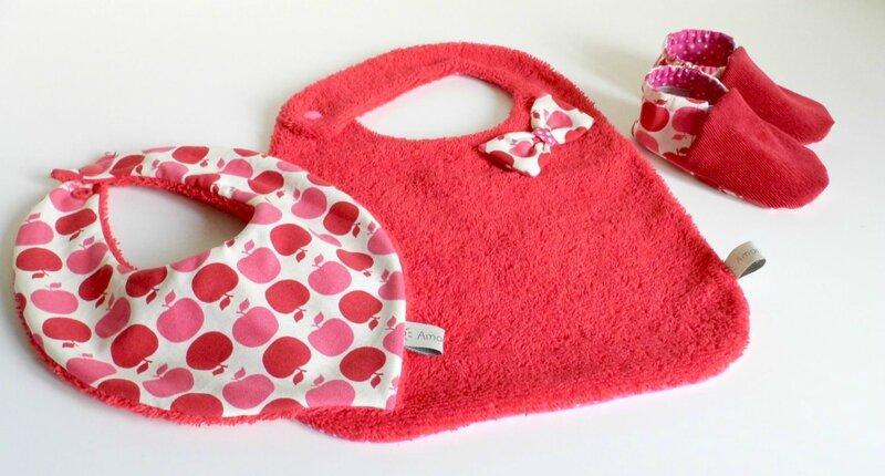 Kit cadeau de naissance fille bavoir bandana chaussons pommes rouge et fuchsia