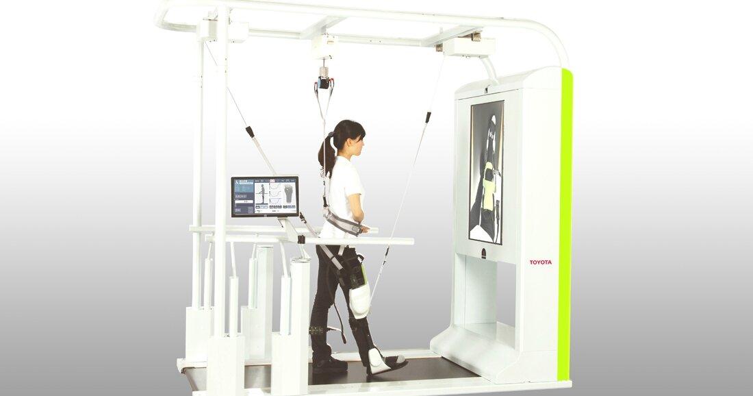 Toyota développe des robots qui assistent efficacement les patients paralysés dans la rééducation de leurs jambes