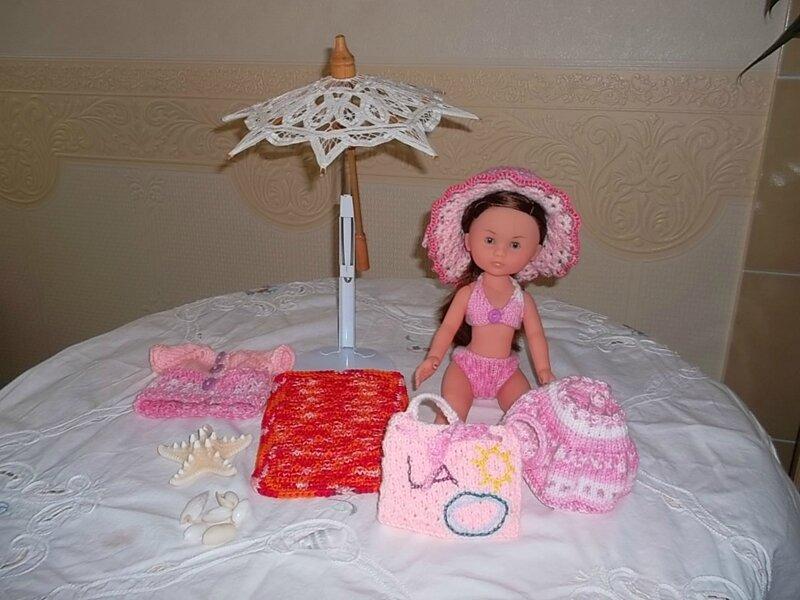 Lila a un très joli drap de bain, son sac ( Moi) , la jupe ( Marie LN), le chapeau ( Odile) , le gilet ( Hellebore)