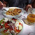 grèce delphes non mais on va pas se laisser abattre moussaka et salade grecque