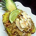 Riz sauté aux crevettes en coque d'ananas