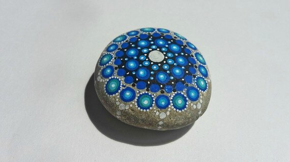 galet-peint-motif-mandala-la malle de Coni