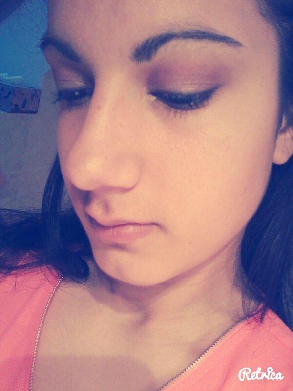 Maquillage avec des couleurs violette et taupe ainsi que du beige et du blanc