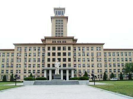 Université de Nankai de Tianjin (batiment historique avec statue de Zhou Enlai
