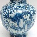 Vase balustre en porcelaine en en camaïeu bleu. chine, période ming.