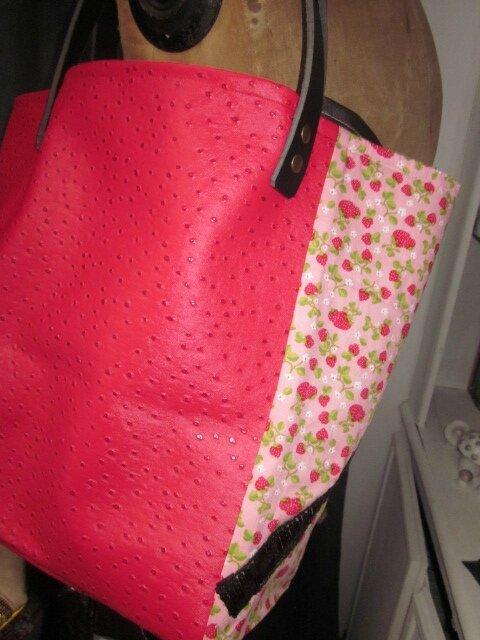 Sac cabas FELICIE n°5 en coton rose imprimé fraise et simili autruche framboise