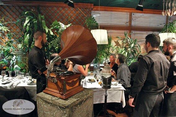LES_GRANDS_BUFFETS_a_NARBONNE_salles_du_restaurant_celebration_d_un_anniversaire