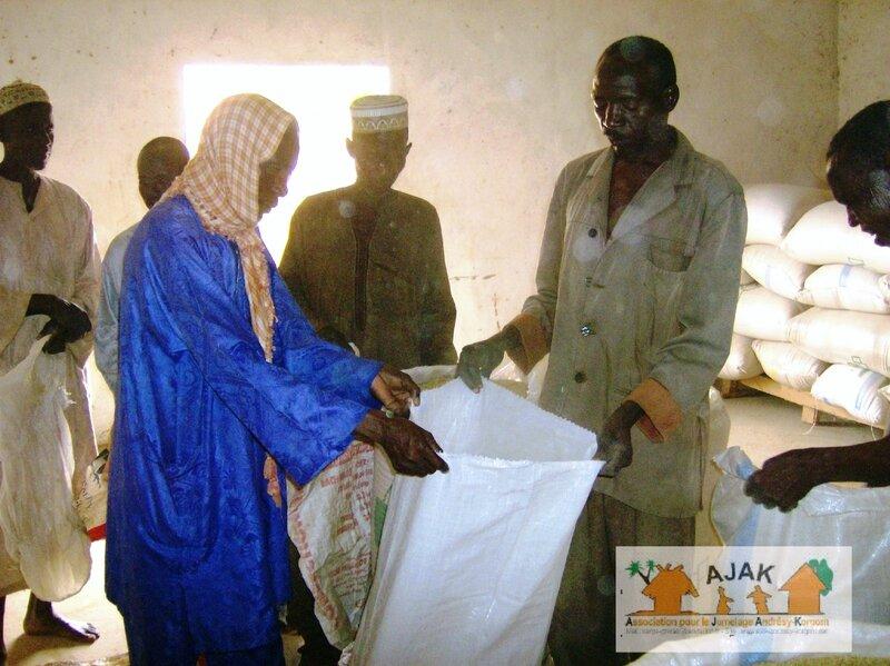 distribution des sacs de céréales aux habitants de Korgom