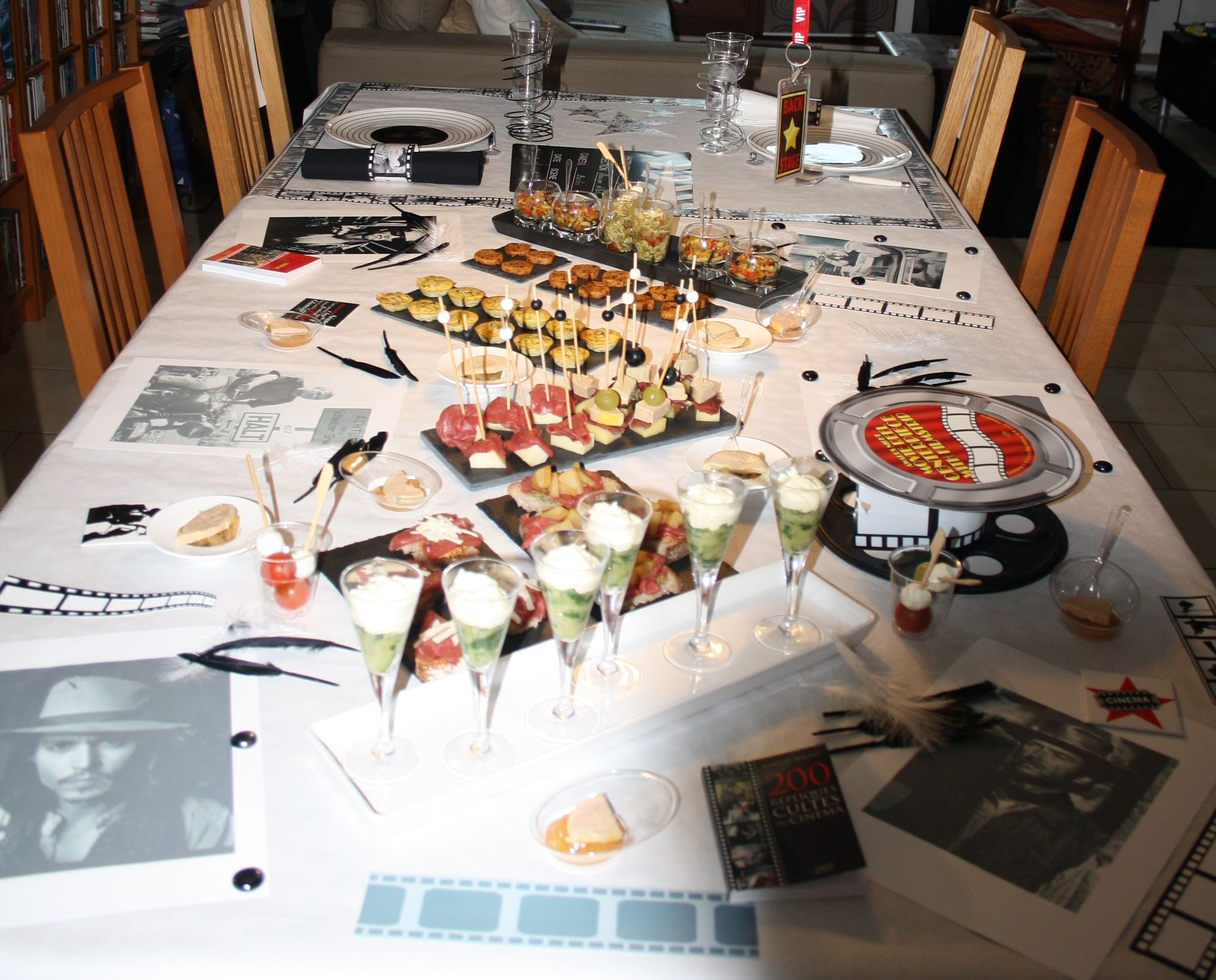 Buffet anniversaire th me cin ma 1 re partie verre aux for Table 30 personnes