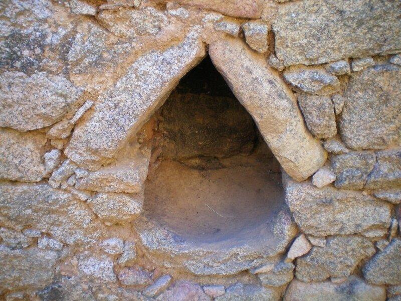 3-Ruine à Coti-Niche dans mur intérieur