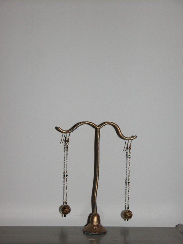 boucles, perles de bronze.