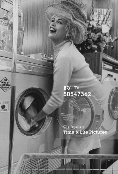 jayne-1962-10-los_Angeles-opening_dry_cleaners-1