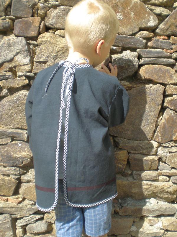 blouse d'écolier à l'ancienne vue de dos