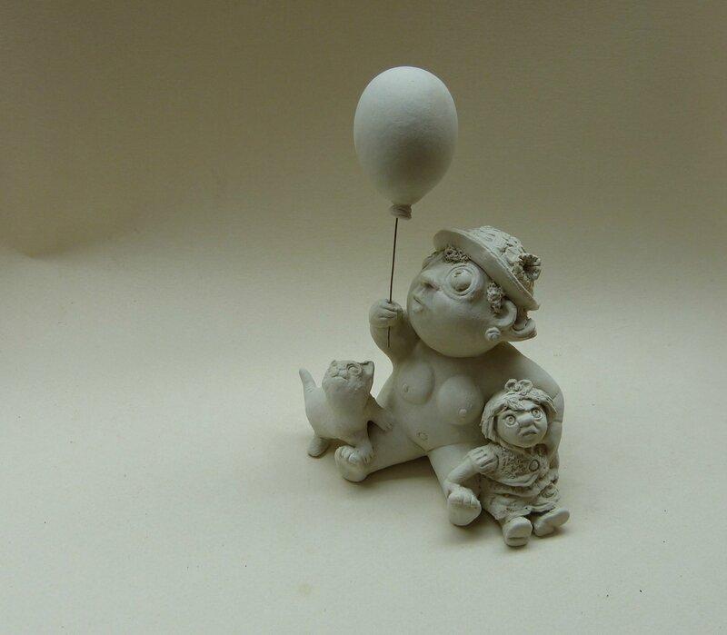 petite fille ballon chat poupée