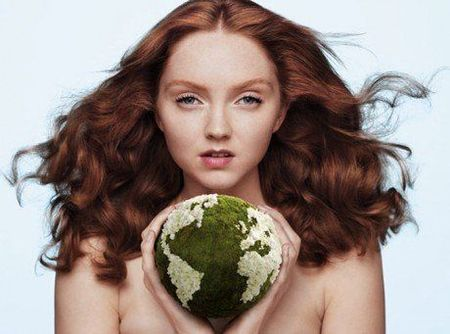 Beaute-Lily-Cole-pose-topless-pour-The-Body-Shop_paysage_460x380