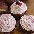 Cupcake chocolat, fruits rouge et topping cerise pour la saint valentin.