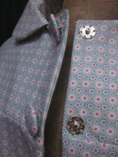 Ciré AGLAE en coton enduit gris clair fleuri rouge blanc bleu fermé par 2 pression dissimulés sous 2 boutons recouverts (6)
