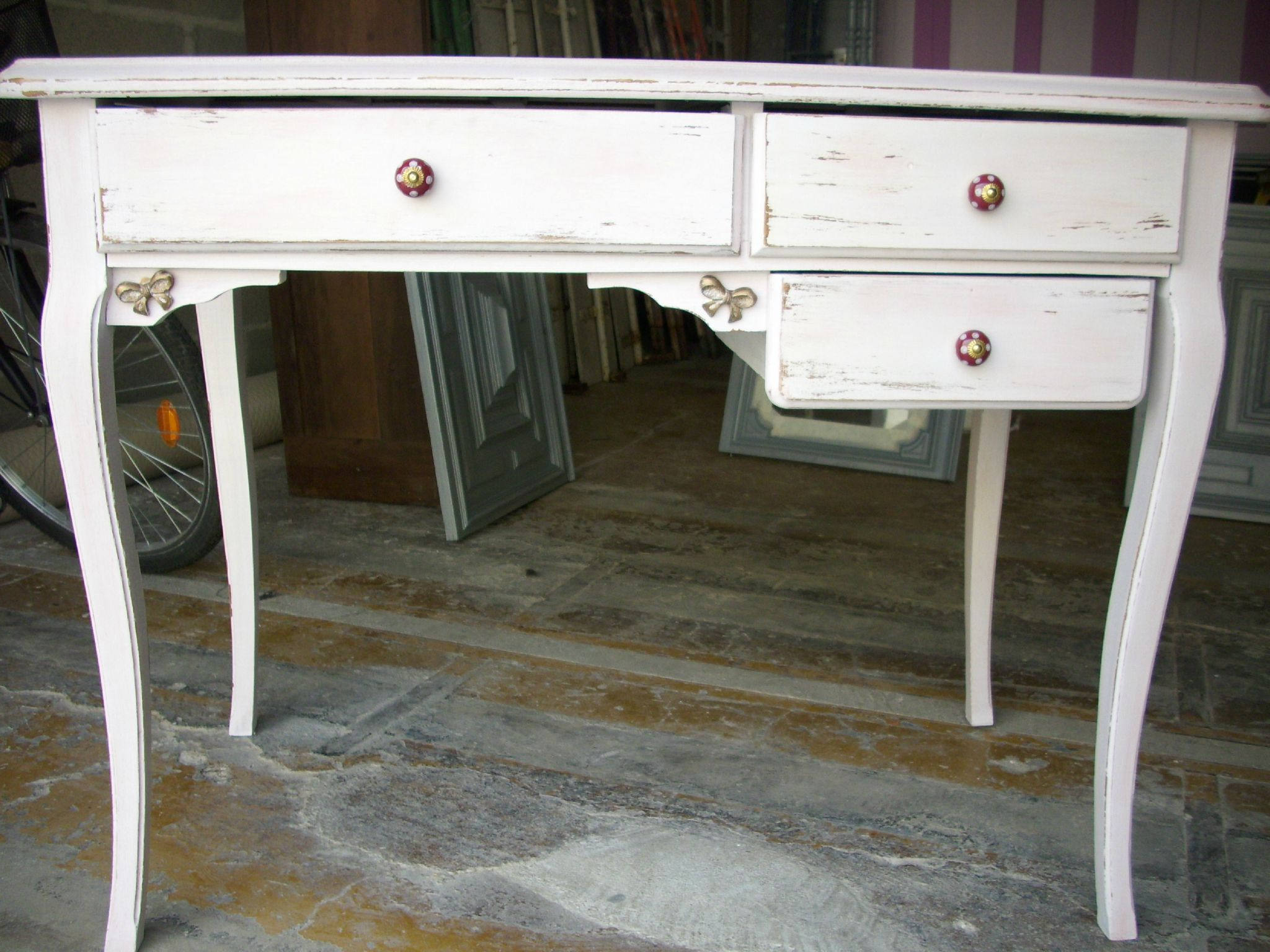 petit bureau blanc ceruse rouge relooking de meubles nostalgie et patine. Black Bedroom Furniture Sets. Home Design Ideas