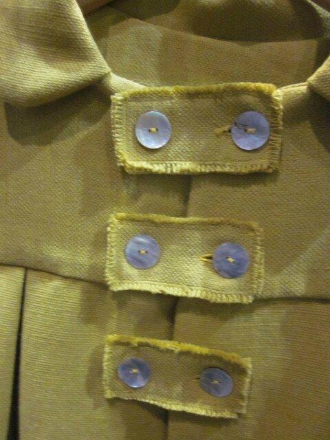 Manteau AGLAE en lin épais jaune fermé par 3 pattes de boutonnage et ses 6 boutons de nacre (3)