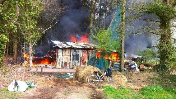 cabane en train de bruler à nddl