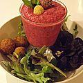 Smoothie betterave, radis & framboises avec falafels (possibilité en version vegan)