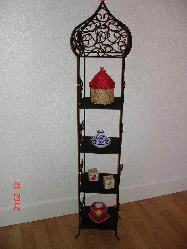cette petite tag re en fer forg est orn e de tr sors de senteurs et couleurs. Black Bedroom Furniture Sets. Home Design Ideas