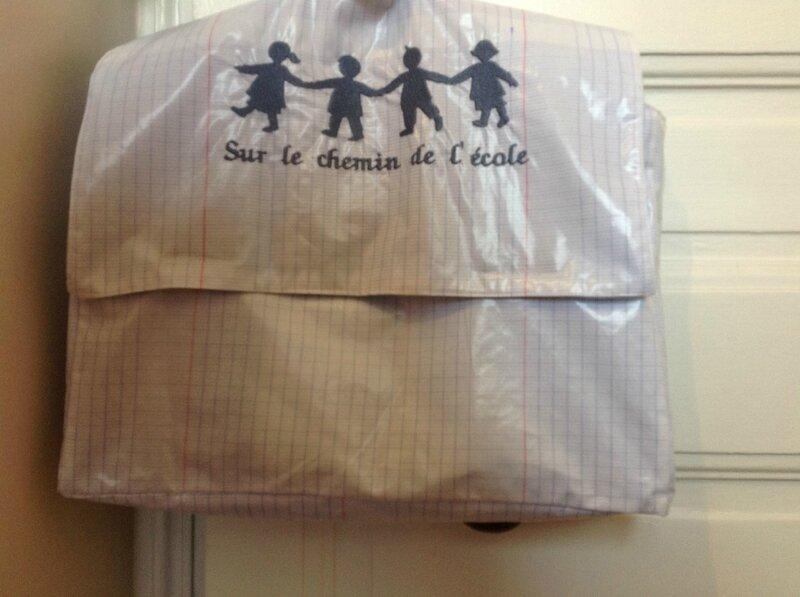 Cartable en toile enduite écolier, fermé par de puissants aimants, bretelles réglables, 35€