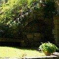 Banc en pierre dans un recoin ombragé à Ainay-le-Vieil