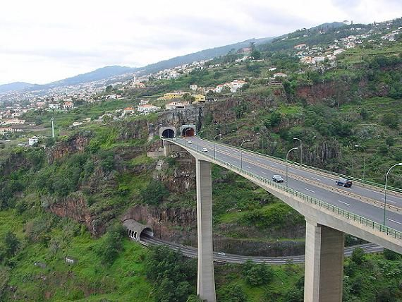 800px_Motorway_north_of_Funchal__Madeira_