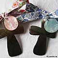 Croix en nacre personnalisée (sur ruban d'Anjo rose et d'Anjo bleu)