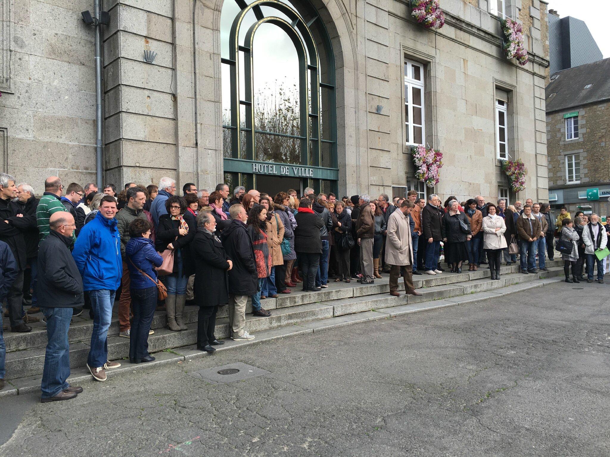 minute de silence et de recueillement à Avranches lundi midi 16 novembre 2015 après les attaques de Paris