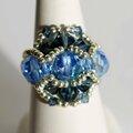 Bague bleue réalisée en perles de Swarovski et rocailles
