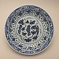 Large serving dish with flowers and grapes. porcelain with underglaze cobalt-blue decoration. ming dynasty, yongle reign