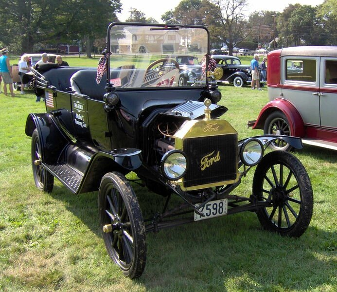 693px-1916_Ford_Model_T_touring_car