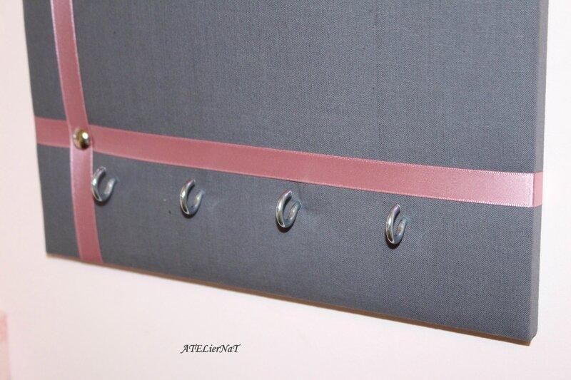 Porte-clé gris ruban rose petit carré2
