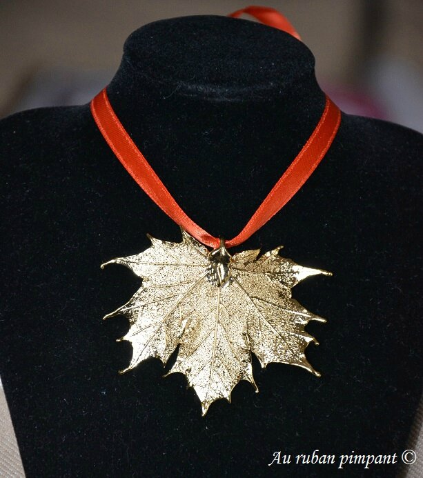 Pendentif véritable feuille d'érable Or sur ruban orange