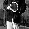 1927 - rené lacoste ose jouer avec un polo (orné d'un crocodile)
