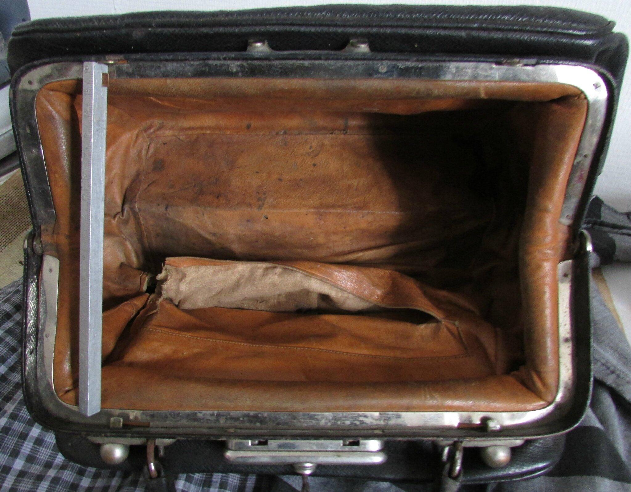 ancienn e sacoche de medecin sac ancien sacoche ancienne en cuir noir chantale poucel a. Black Bedroom Furniture Sets. Home Design Ideas