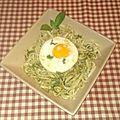 Tagliatelle chinois à la sauce verte et œuf sur le plat