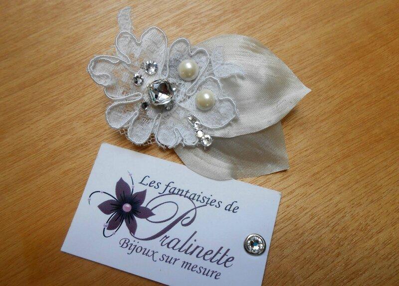 bijoux-mariage-peigne-mariee-fleur-en-dentelle-de-calais-rebrodée-de-cristaux-et-petales-en-satin