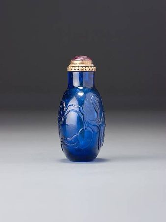 A_sapphire_blue_glass__peaches__snuff_bottle2