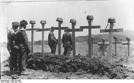Tyska soldater vid gravar av sina stupade kamrater_