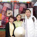 Deux belles filles vietnamiennes. Derrière moi des tableaux traditionnels, comme ceux chinois