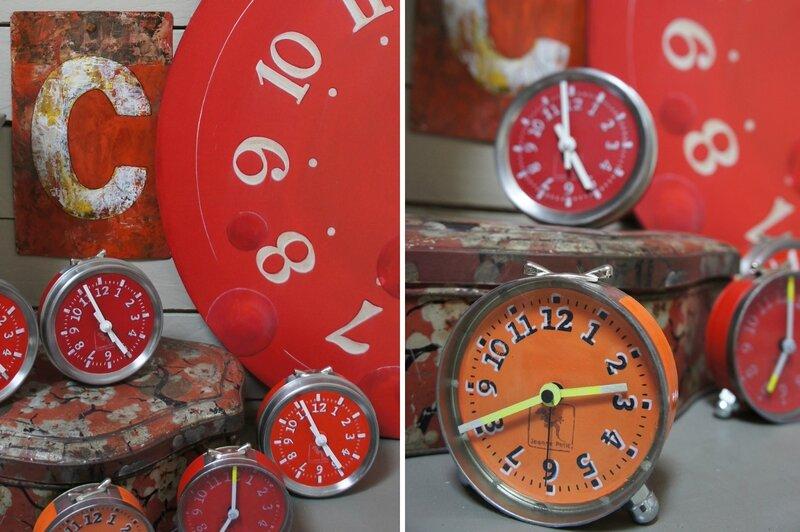 plusieures horloges rouges